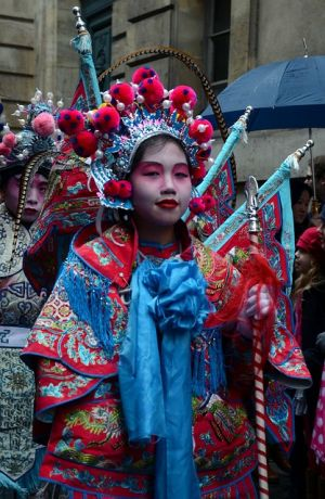 Китаянка в костюме на новогоднем фестивале
